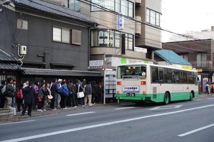 午前7時を過ぎるとバスのりばに列ができはじめた