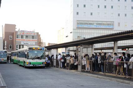 JR奈良駅のりばの様子。続々とバスが到着している
