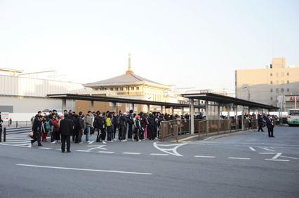 JR奈良駅7番のりばを反対側から見た様子。長蛇の列ができている。