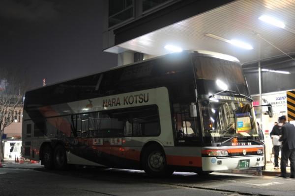 新宿高速バスターミナルで発車を待つ2階建バス