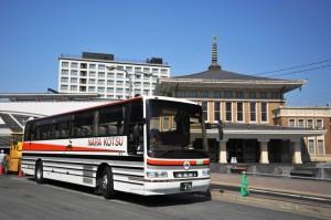 JR奈良駅旧駅舎の前で発車を待つ定期観光バス