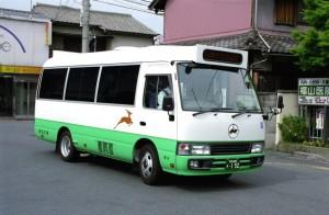 尼ヶ辻駅で発車を待つリフト付き小型バス