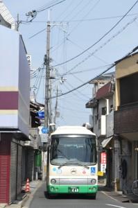 平端駅に通じる狭隘路をゆく安堵町コミュニティバス