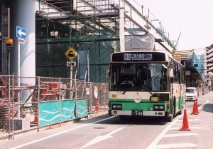 大宮跨線橋撤去工事区間を行く二条大路南一丁目行きバス