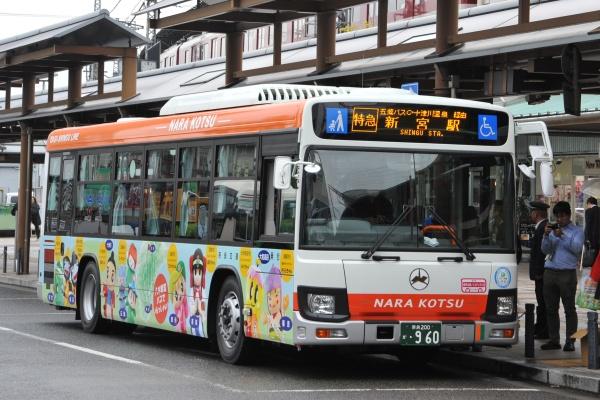 八木駅で発車を待つ八木新宮線新型車両。