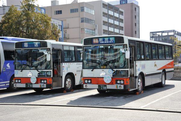 八木駅発のラストランは旧型車両2台が待機していた