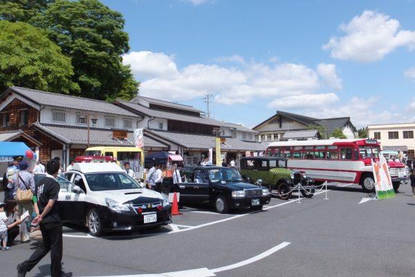 ボンネットバスなど各種車両の展示