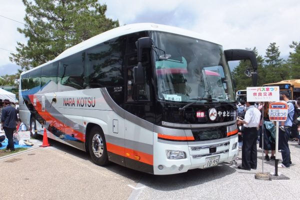 奈良交通はスルッとKANSAIバスまつりで夜行高速車(日野セレガ)を展示した。