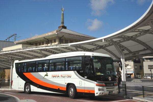JR奈良駅で発車を待つ十津川温泉観光特急バス